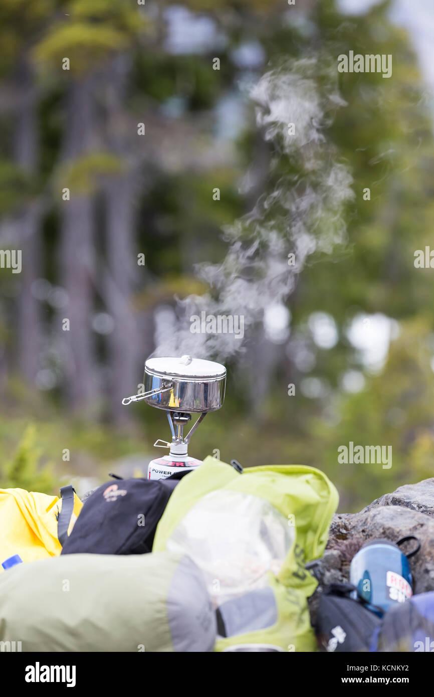Le dîner se résume à une petite poêle tout en camping à lee plateau, l'île de Photo Stock
