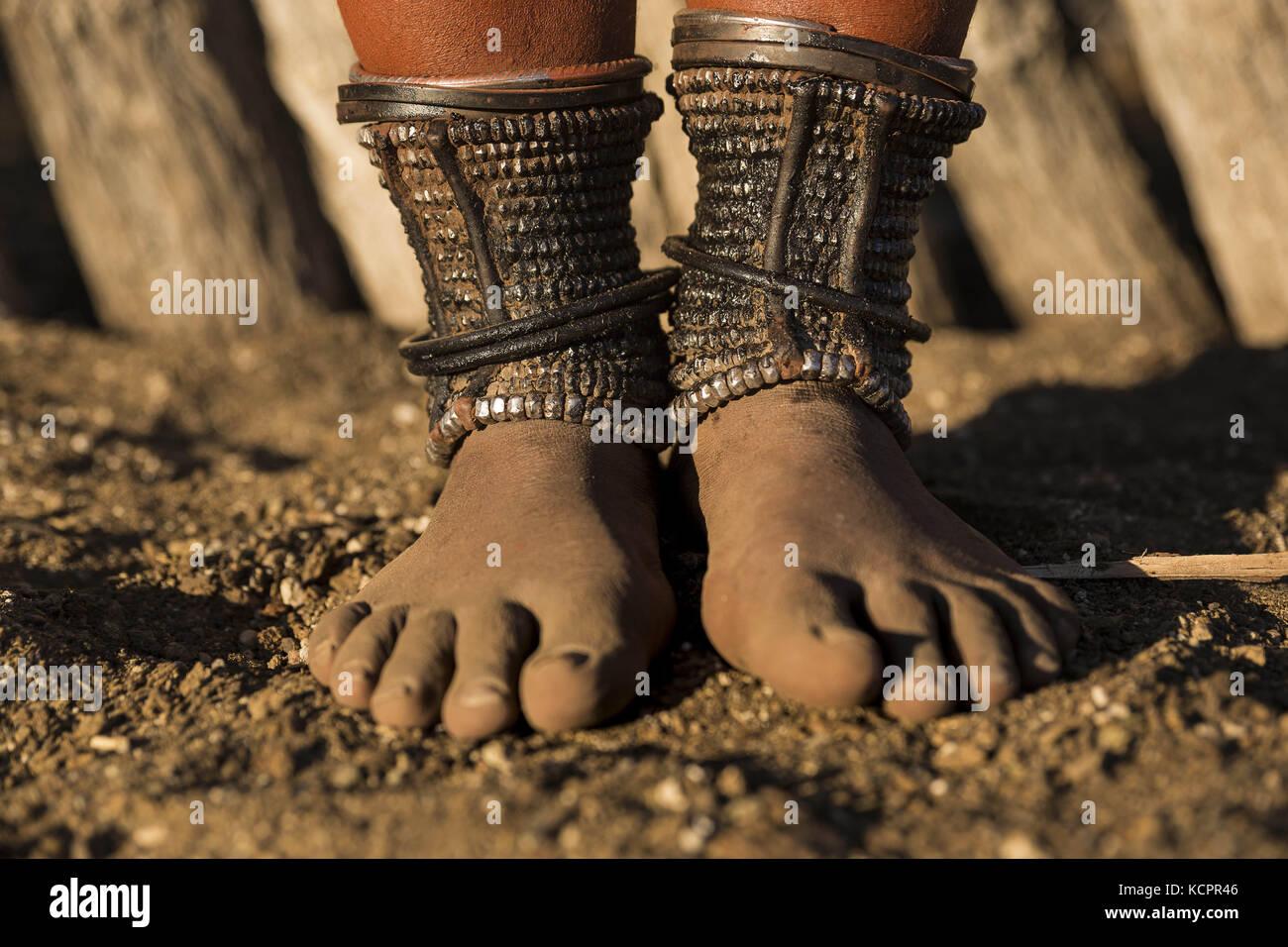 Angola. 24 juillet 2016. Les femmes Himba adultes ont toutes perlé des anklets (Omohanga) qui les aident à cacher leur argent. Les anklets protègent également les jambes des morsures venimeuses d'animaux. Crédit : Tariq Zaidi/ZUMA Wire/Alay Live News Banque D'Images