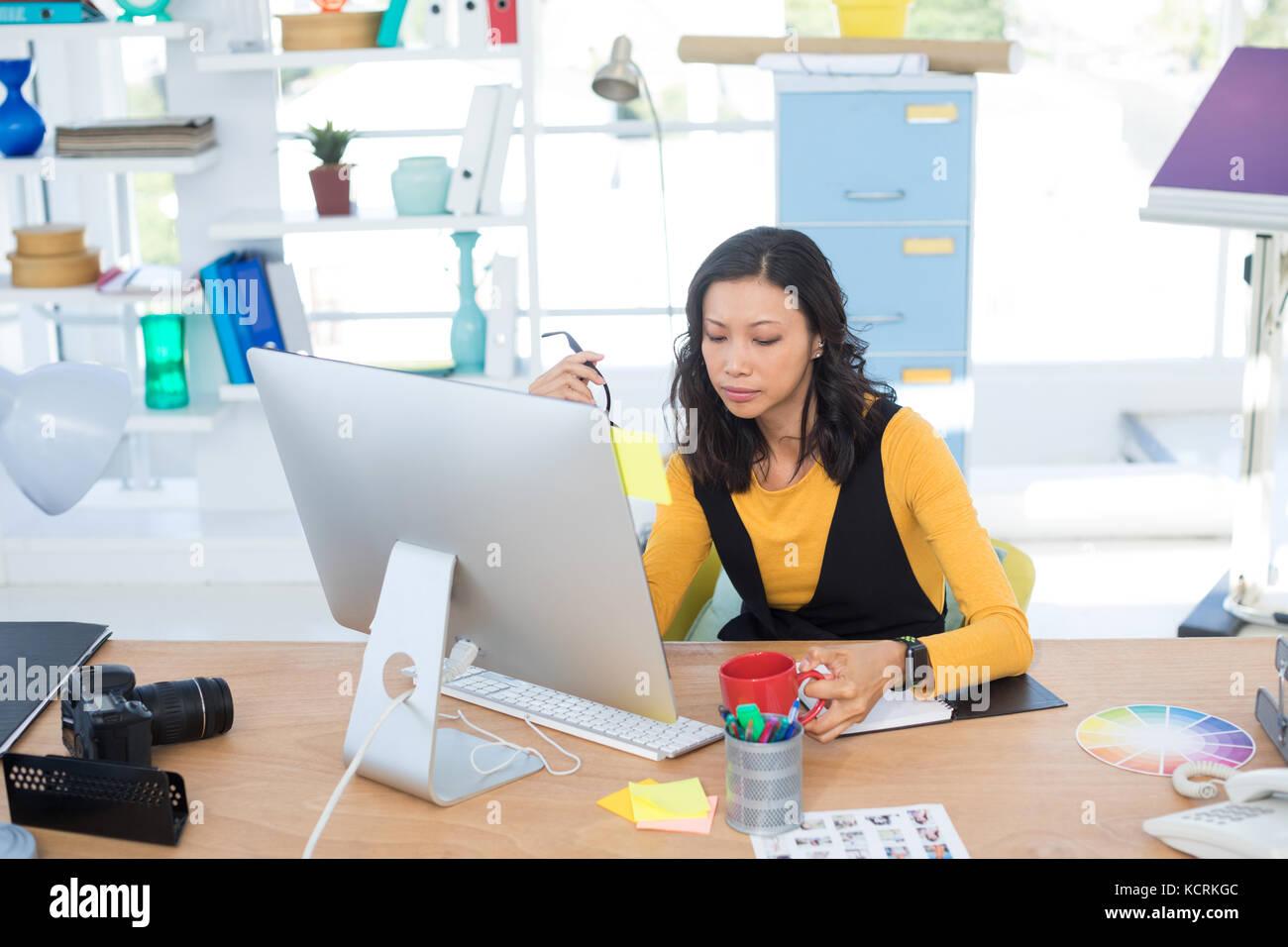 De travail exécutif femelle sur computer in office Banque D'Images
