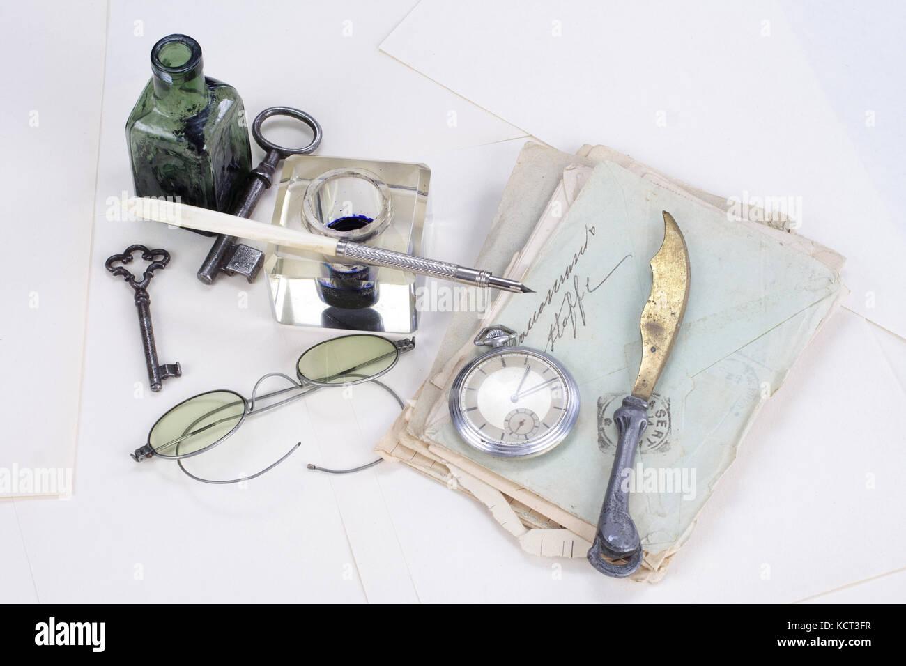 Vintage avec l'ancienne montre de poche, un stylo à encre ancienne, les lettres manuscrites et vieux pot Photo Stock