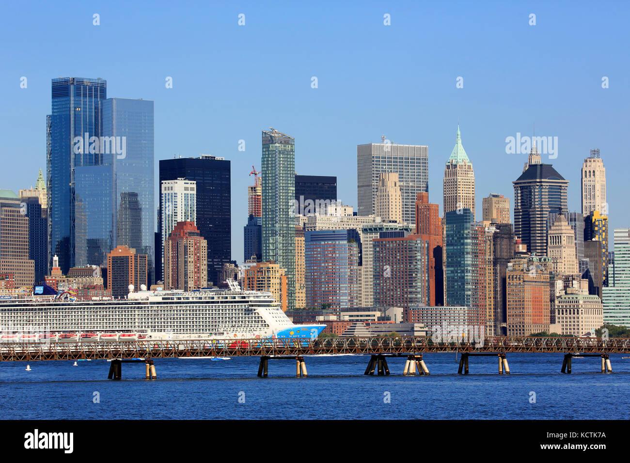 Norwegian breakaway bateau de croisière dans la rivière Hudson avec la skyline de manhattan quartier financier Photo Stock