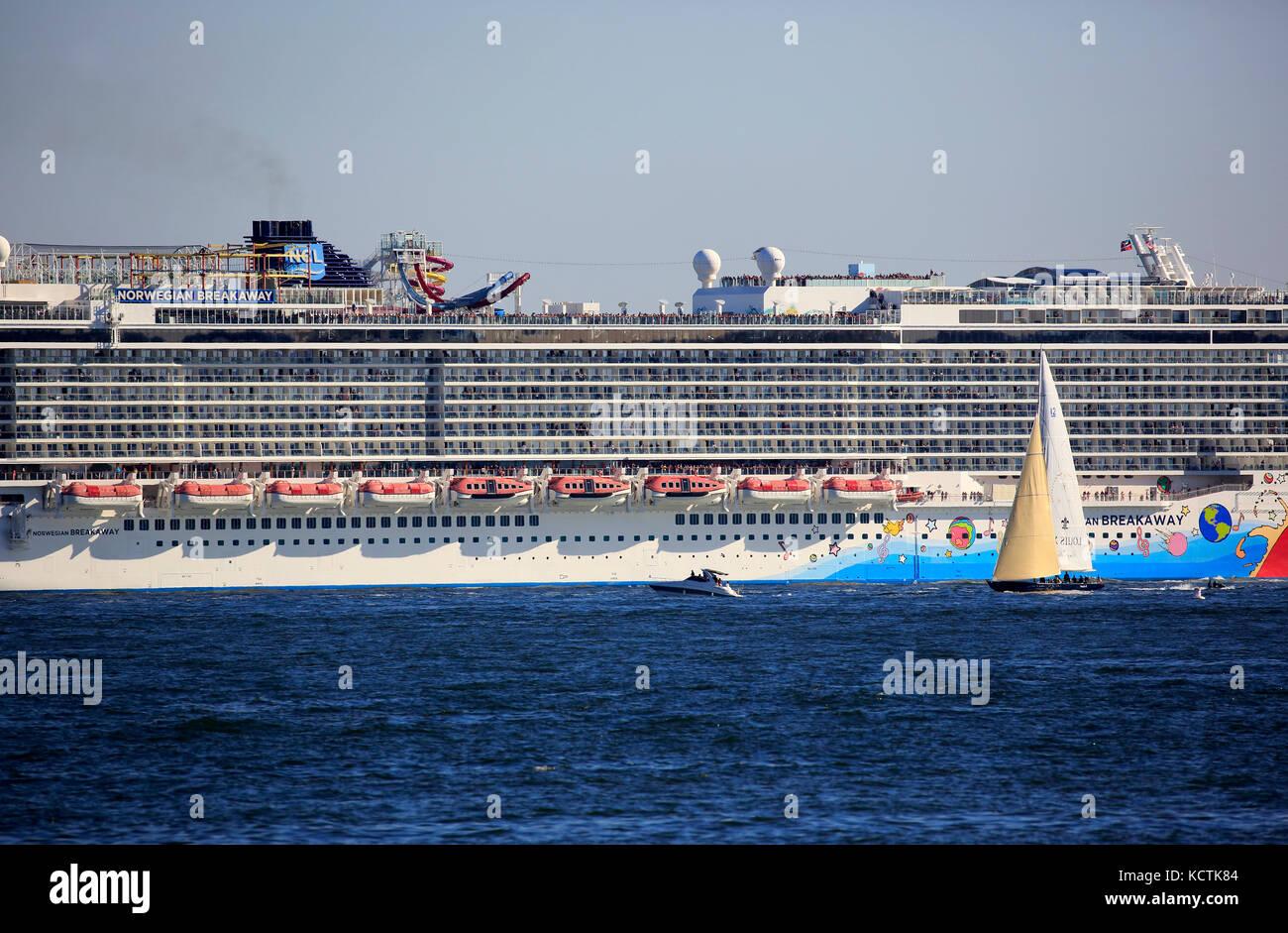 Norwegian breakaway bateau de croisière dans la rivière Hudson avec voilier en premier plan.new york city.usa Photo Stock