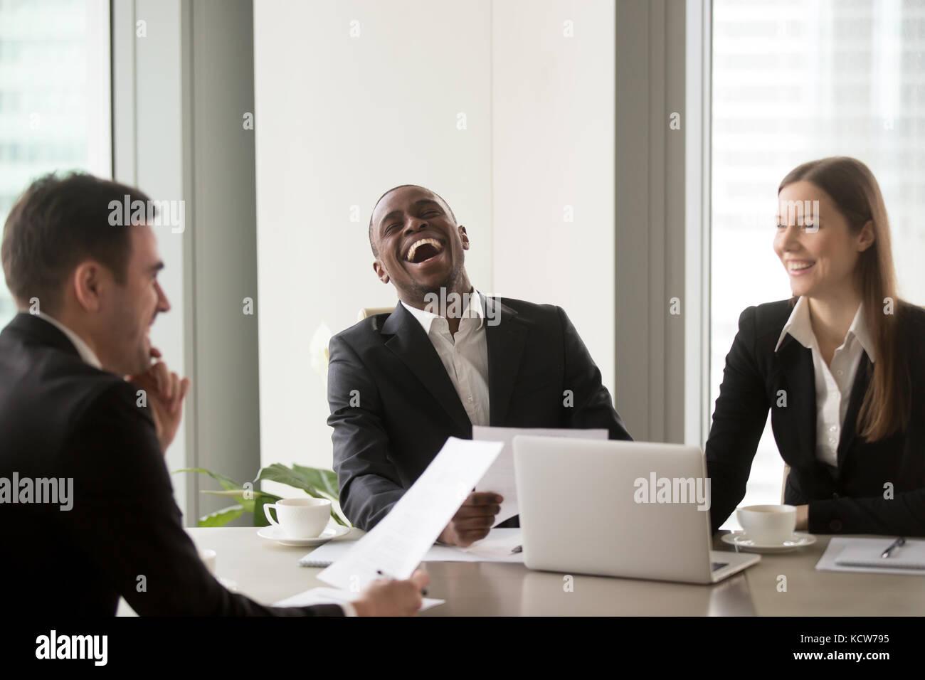 African American man au cours de négociations fructueuses avec les partenaires du Caucase. demandeur d'emploi Photo Stock