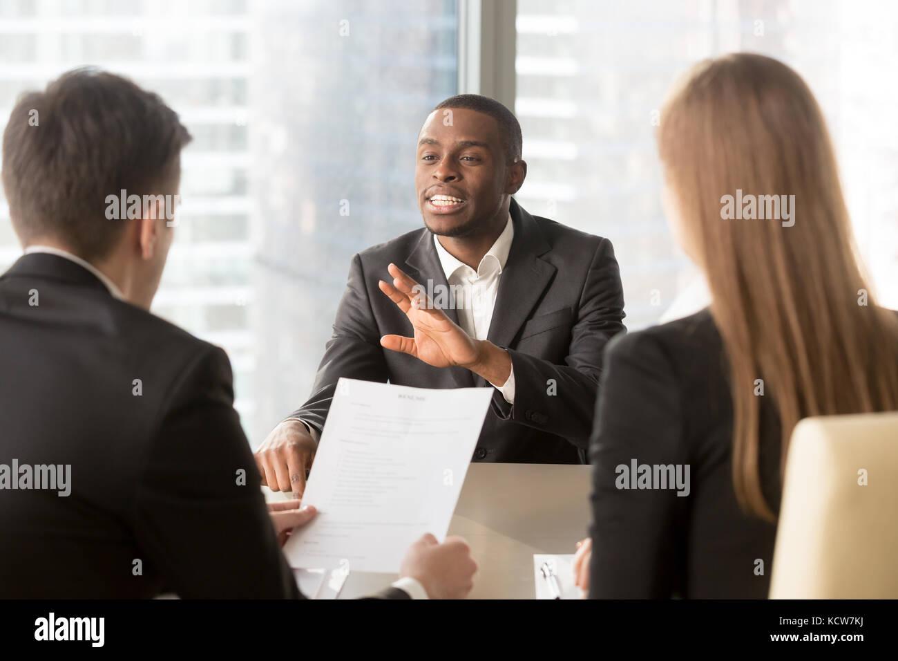 African American candidat se présentant aux recruteurs, racontant les réalisations, l'expérience Photo Stock