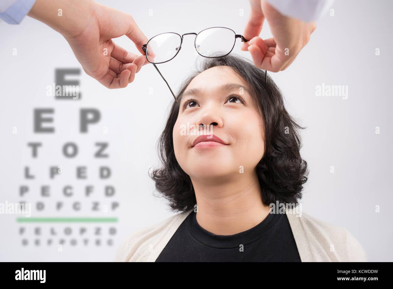de01ea061371b9 Nouvelles lunettes. optométriste lunettes femme asiatique donnant à essayer