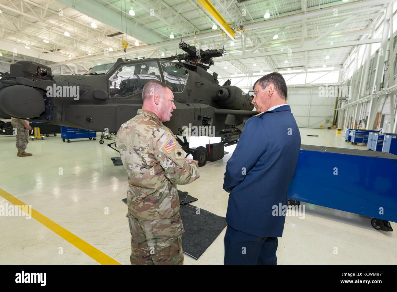 Le général de la Force aérienne colombienne Carlos Eduardo Bueno Vargas, commandant de la Force aérienne colombienne, rencontre le lieutenant-colonel James Fiddler de l'armée américaine et des experts de l'aviation dans le cadre d'un partenariat avec la Garde nationale de Caroline du Sud à la base de la Garde nationale commune McEntyre, à Eastover, Caroline du Sud, le 21 février 2017. Bueno était en visite en Caroline du Sud pendant son arrêt de deux jours à rencontrer la direction de la Garde nationale de S.C. et les installations de visite avant de se rendre à Washington, D.C. pour rencontrer le chef du Bureau de la Garde nationale et le chef d'état-major de la Force aérienne des États-Unis Photo de la Garde nationale aérienne par Tech Banque D'Images