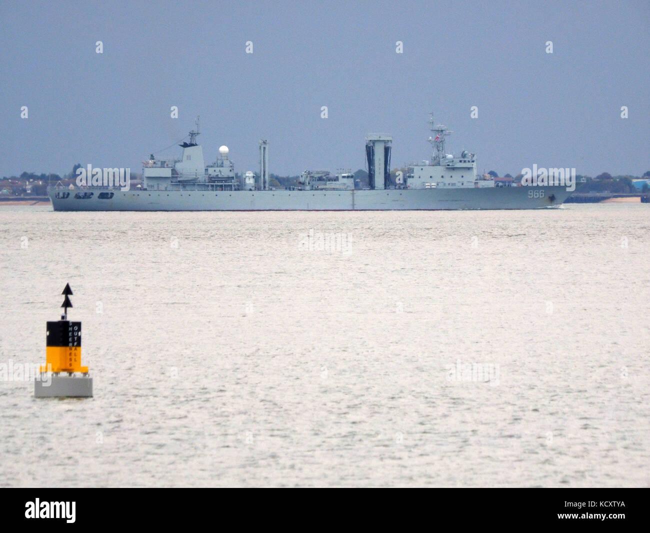 Sheerness, Kent, UK. 7 Oct, 2017. Deux navires de guerre chinois note de Sheerness à mesure qu'ils s'éloignent Photo Stock