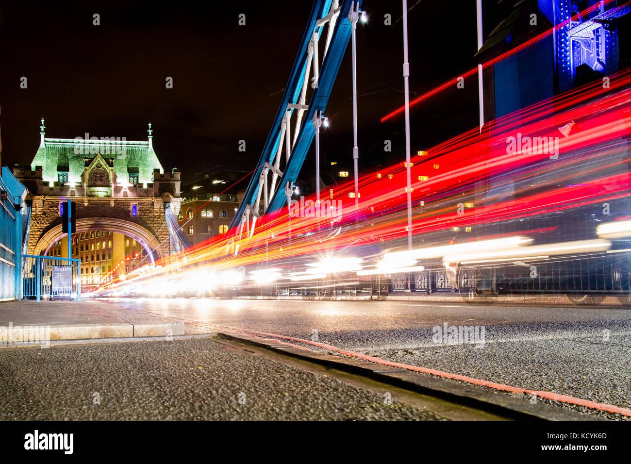 Descendre le trafic à travers le Tower Bridge à Londres, au Royaume-Uni. Photo Stock