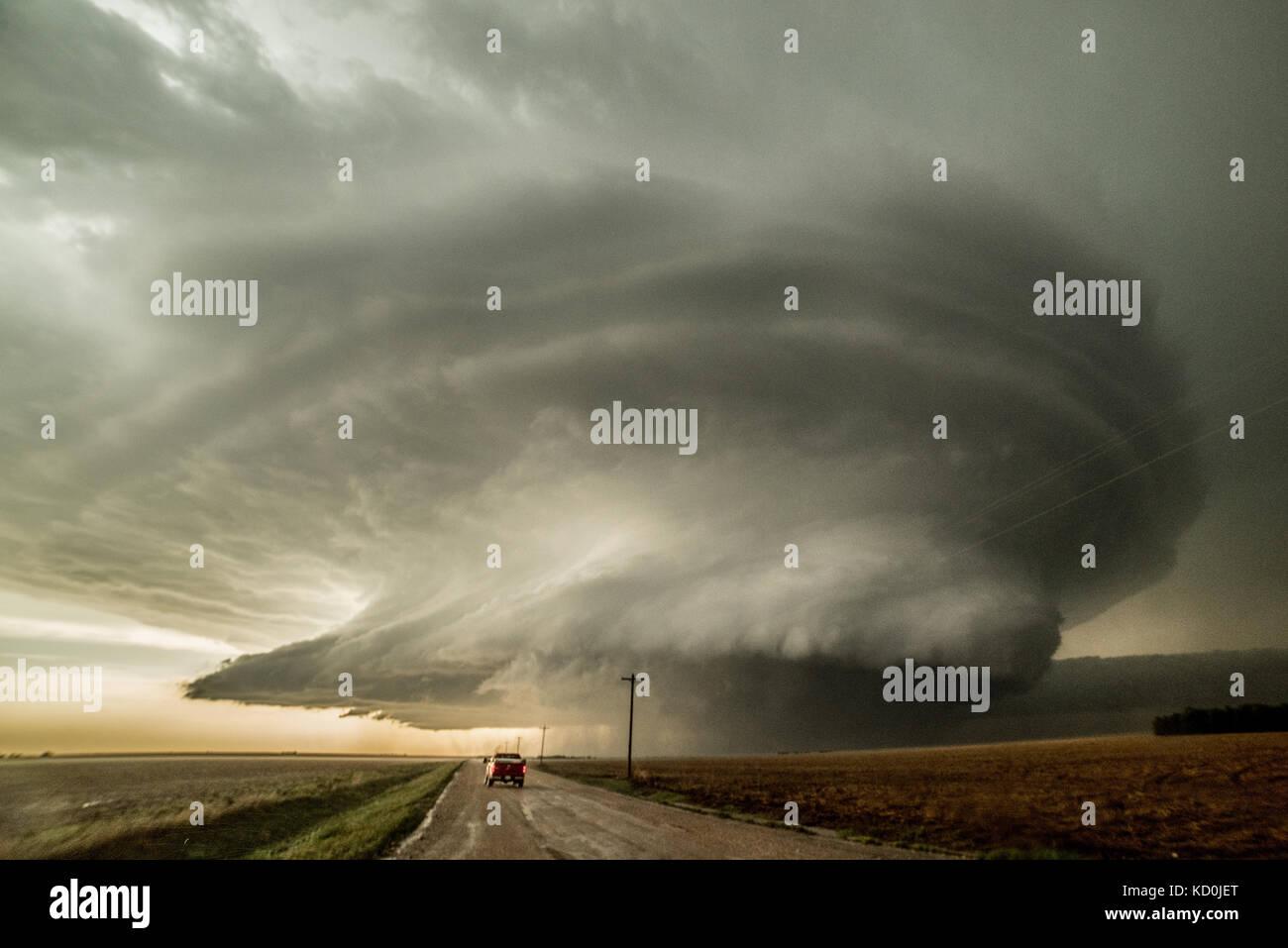 Storm Chaser conduisant à un orage supercellulaire qui a produit trois tornades et est sur le point de produire un quatrième, Leoti, Kansas, États-Unis Banque D'Images