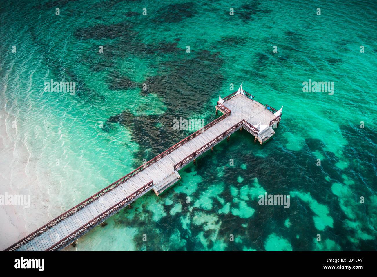 Vue aérienne de la jetée en bois tropicaux et de la mer turquoise des Caraïbes à Punta Cana, Photo Stock