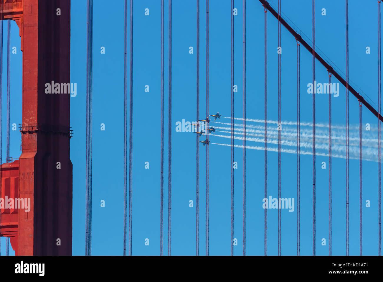 La marine des États-Unis, les avions, les angles bleu, voler au-dessus du golden gate bridge au cours de l'Airshow Photo Stock