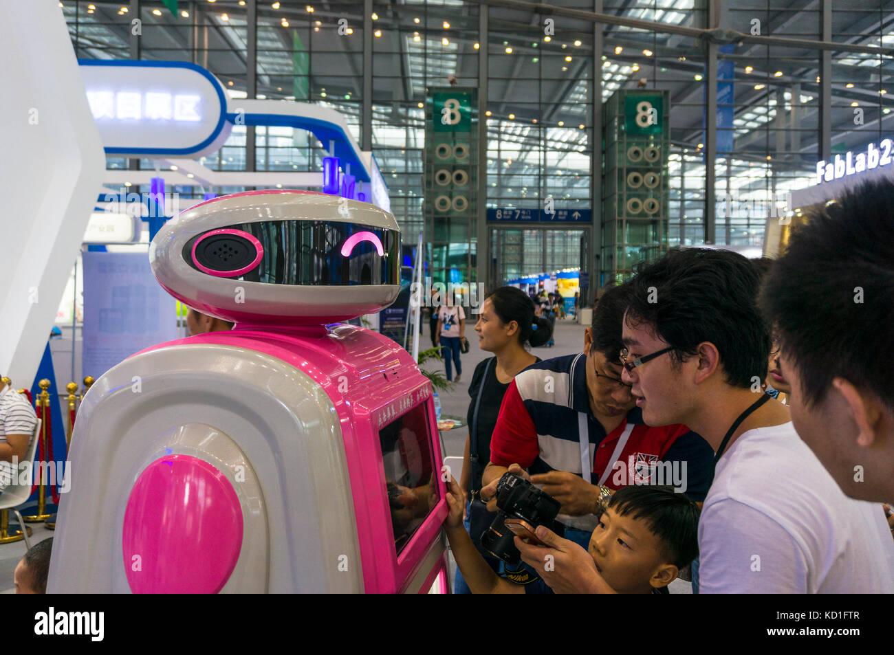 Les spectateurs curieux de prendre des photos d'un service d'aliments et de boissons au robot maker fair Photo Stock