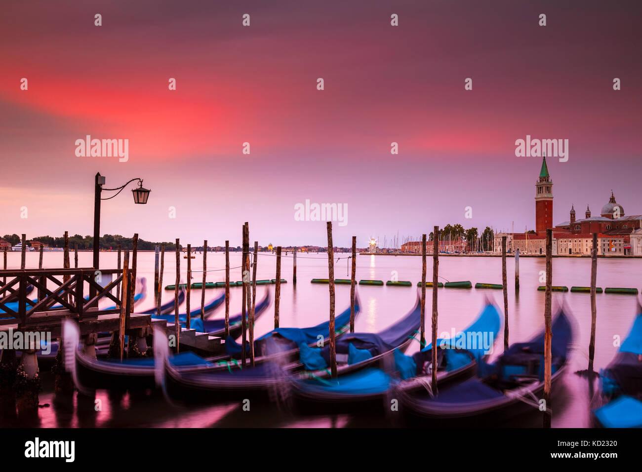 Lever de soleil sur spectaculaire Venise, Italie. au premier plan sont l'emblématique et gondoles sur le Photo Stock