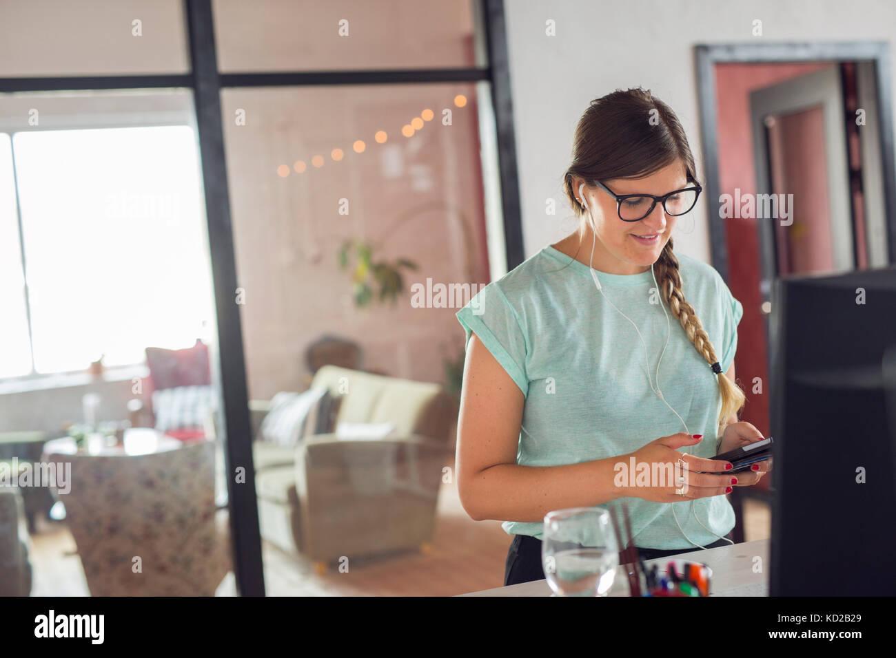Jeune femme textos Banque D'Images