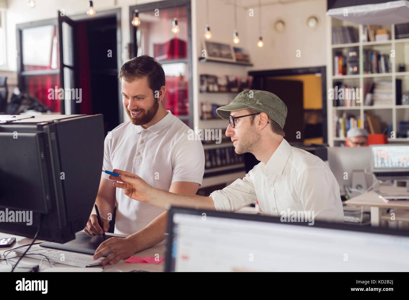 Men working in office Banque D'Images