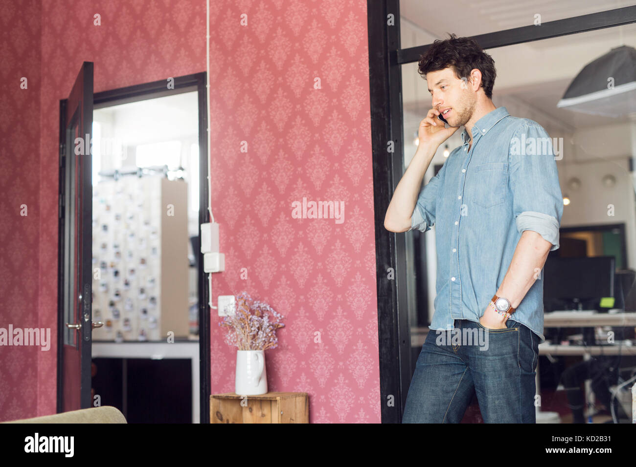 Mid adult man talking on phone Banque D'Images