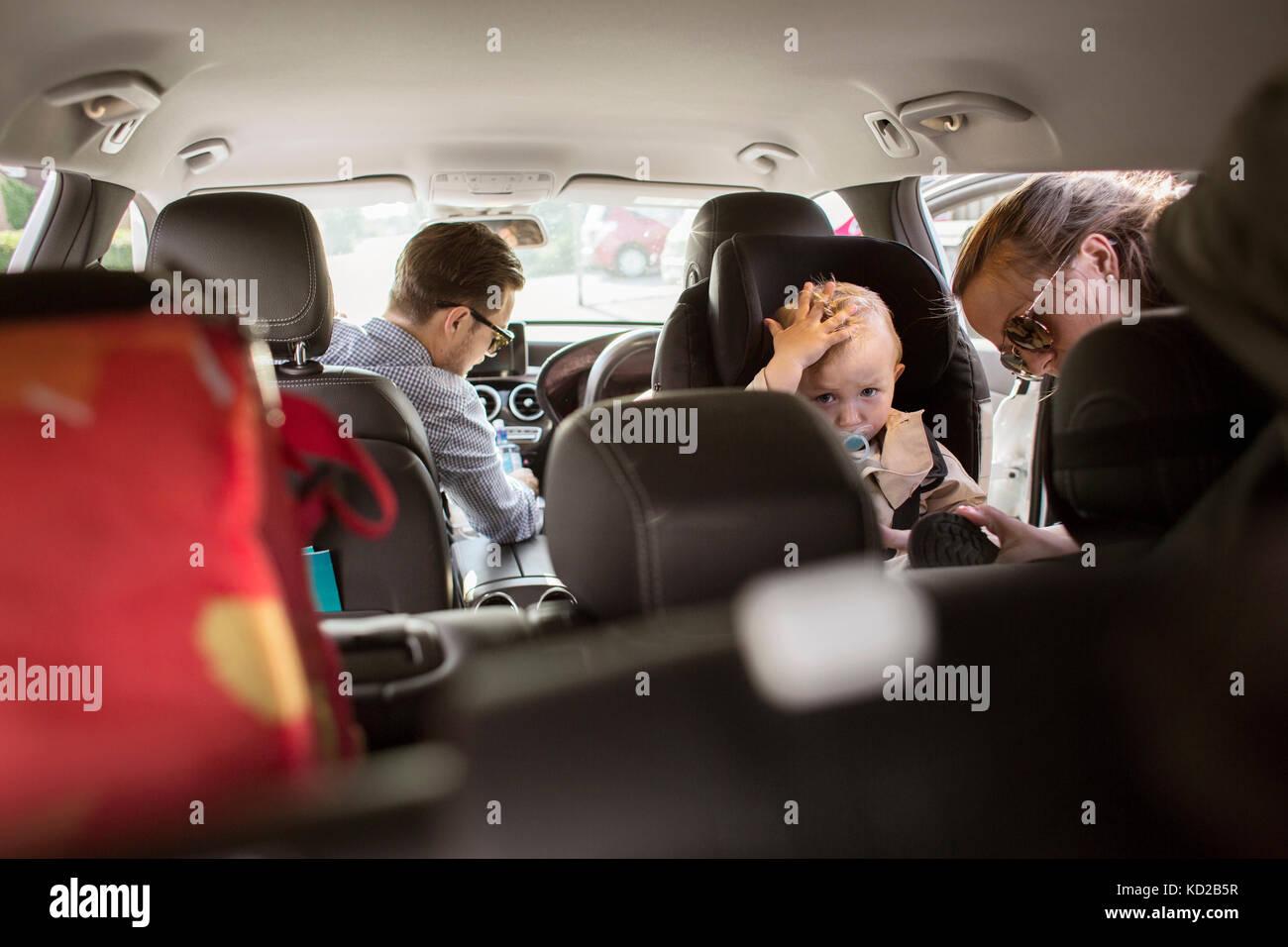 Les parents avec son (18-23 mois) pour préparer votre voyage Banque D'Images