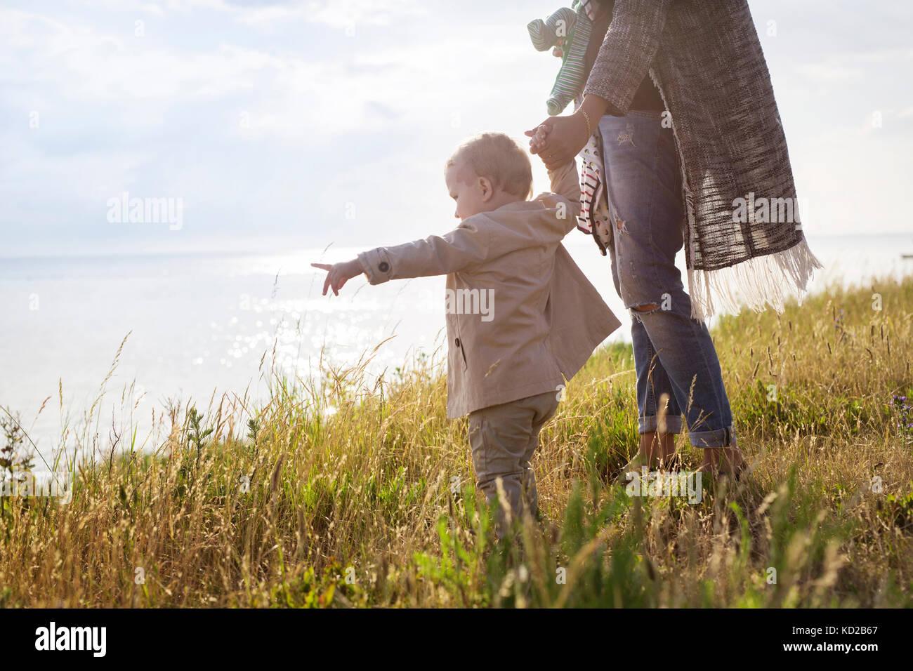 Mère marcher avec son (18-23 mois) vers la mer Banque D'Images