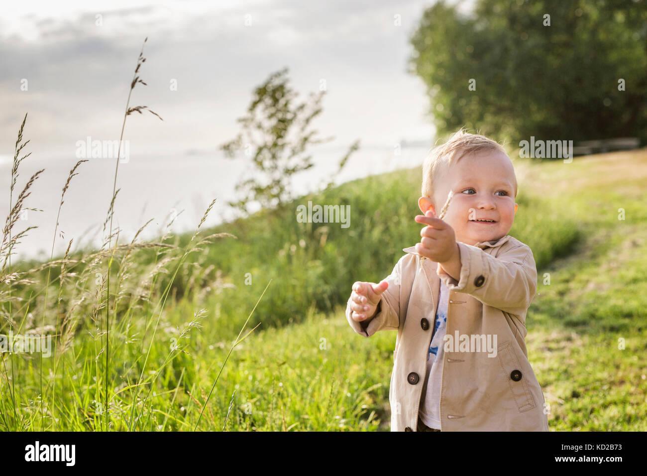 Baby Boy (18-23 mois) Comité permanent par la mer Banque D'Images