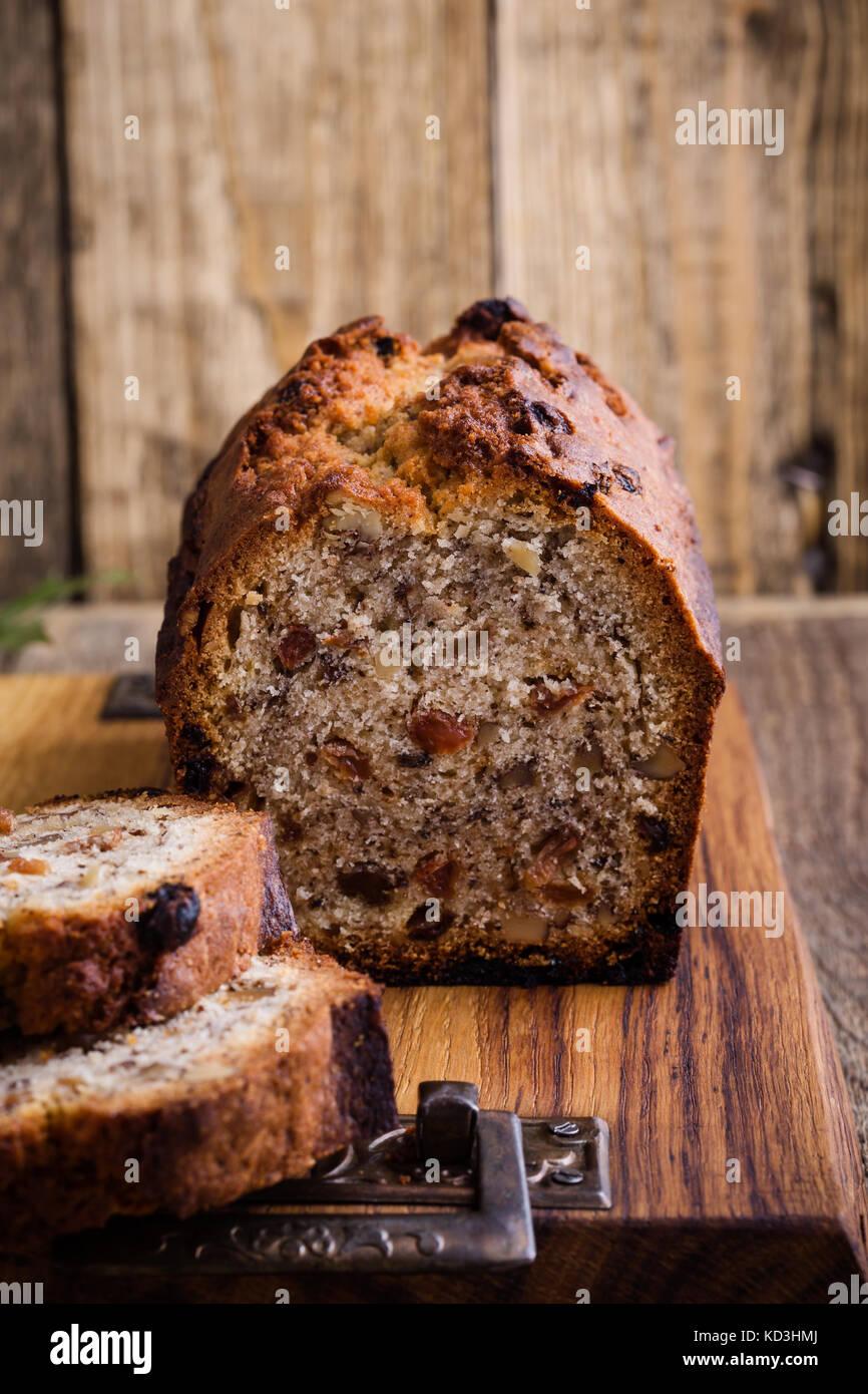 Gâteau de noël faites maison avec les fruits séchés et les noix sur la table rustique en bois Photo Stock
