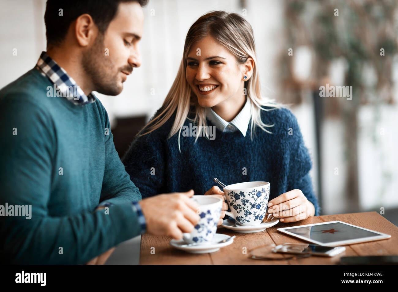 Belle jeune couple having coffee shop en date Banque D'Images