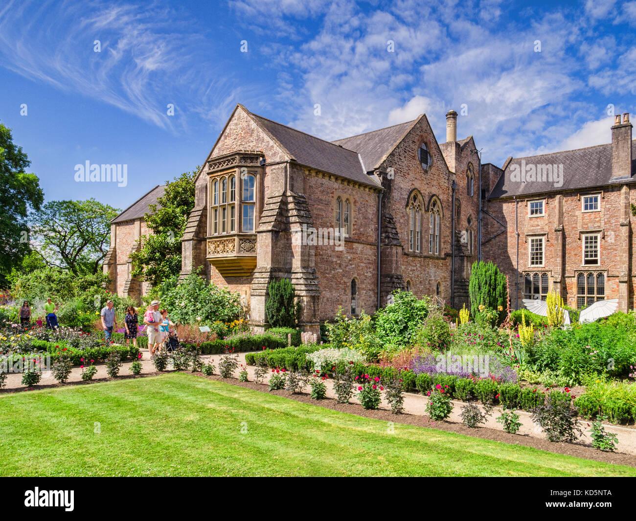 9 juillet 2017: Wells, Somerset, England, UK - palais des évêques et des jardins en été. Banque D'Images