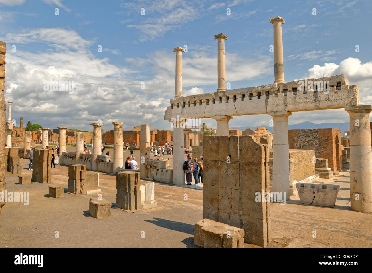 Façon arcadienne avec des colonnes doriques au Forum dans les ruines de la ville romaine de Pompéi à Photo Stock