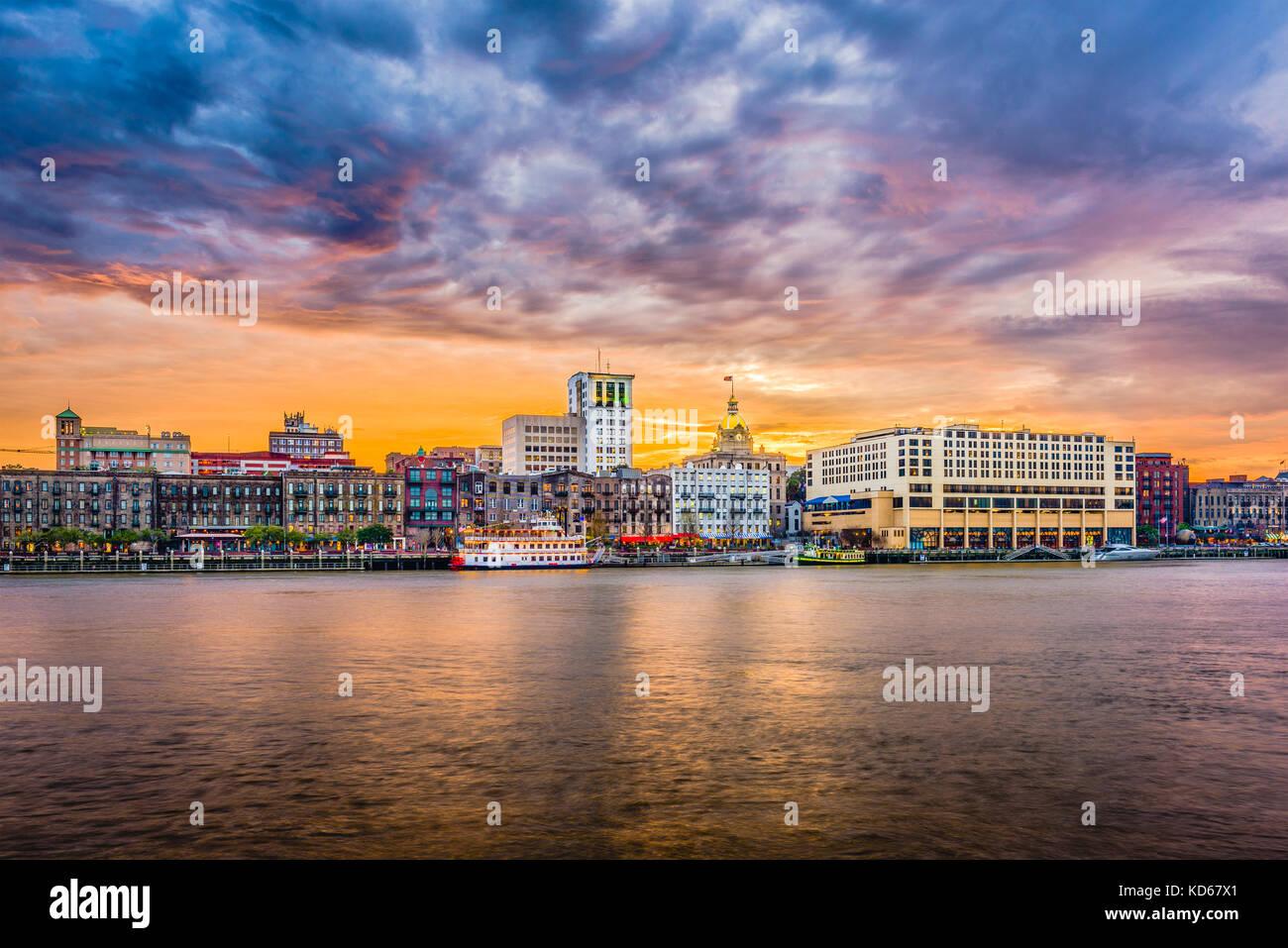 Savannah, Georgia, USA Skyline sur la rivière Savannah au crépuscule. Photo Stock