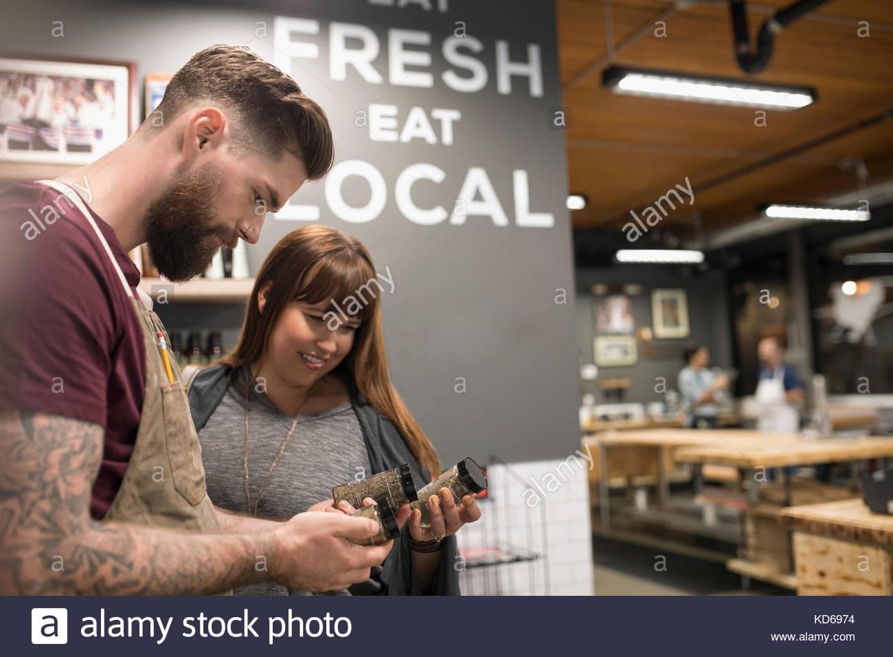 Butcher aider client sélectionnez spice rub dans butcher Photo Stock
