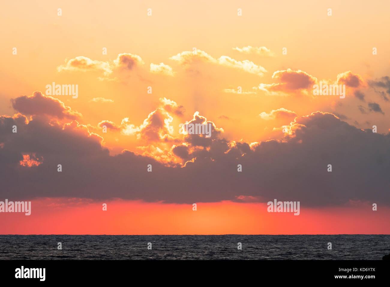 Le soleil se couche derri re les nuages sur la mer m diterran e l 39 ouest de paphos chypre - Le soleil se couche a l ouest ...