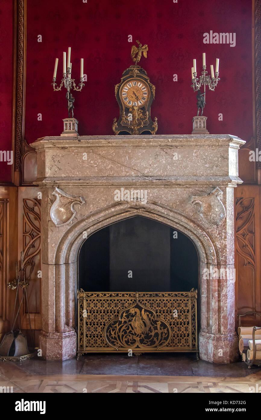 La Decoration De La Cheminee Dans Le Salon Fumeur Rouge Au Chateau