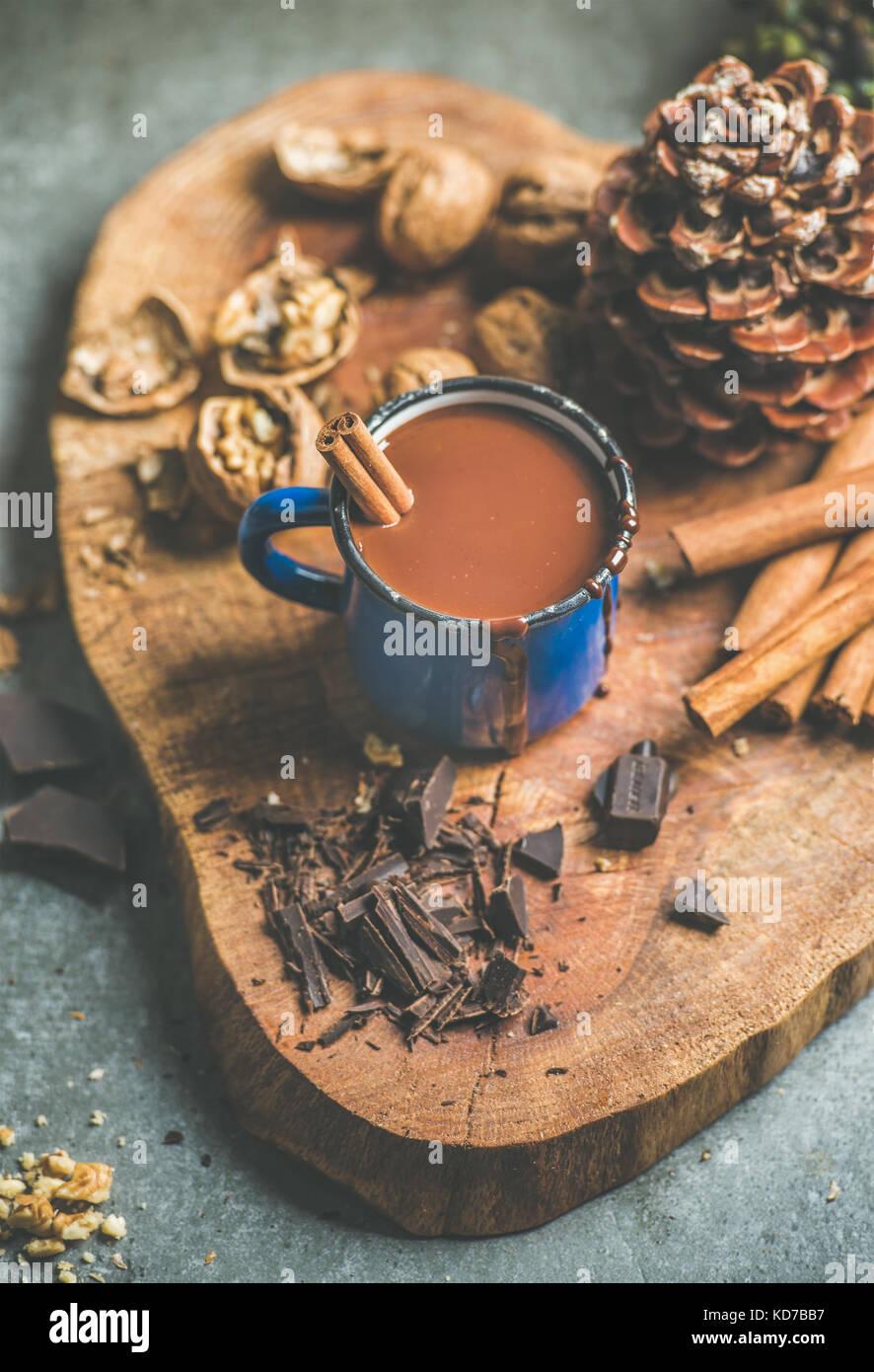 Hiver riche chocolat chaud avec de la cannelle et les noix Banque D'Images