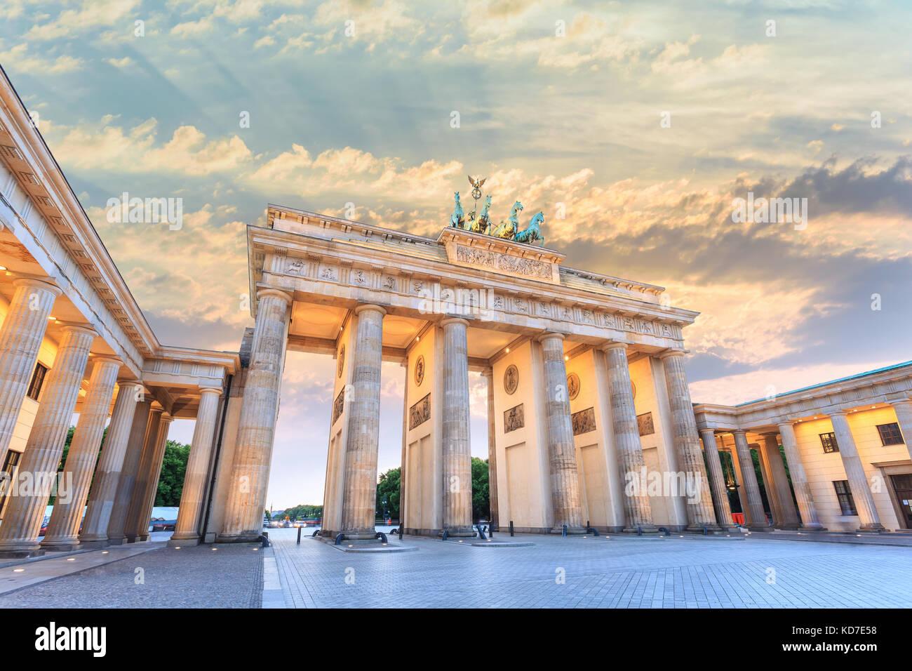 Coucher du soleil sur les toits de la ville de Berlin à la porte de Brandebourg (Brandenburger Tor), Berlin, Photo Stock