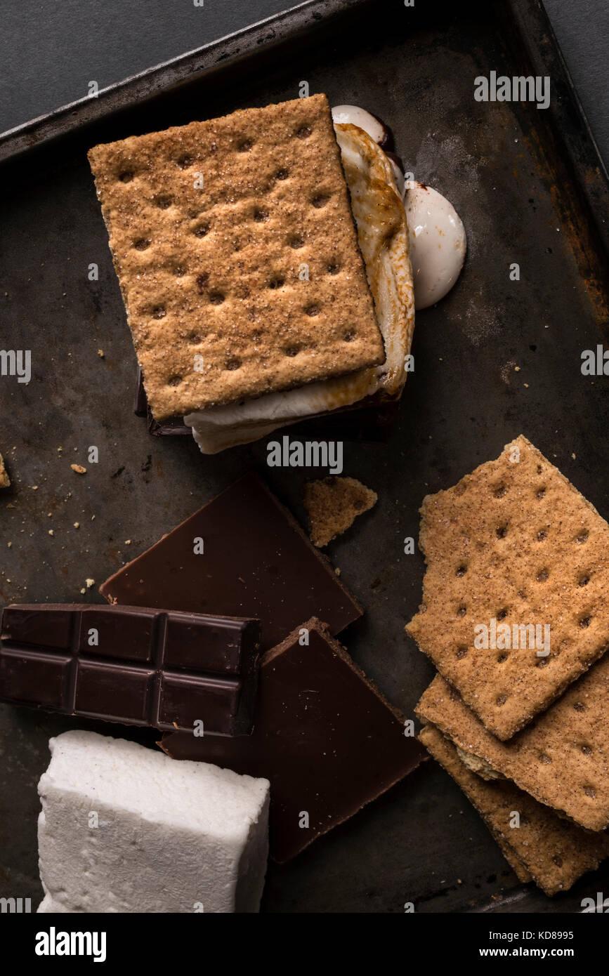 Ingrédients pour un camp rustique avec un smores melty et prêts à manger. Photo Stock