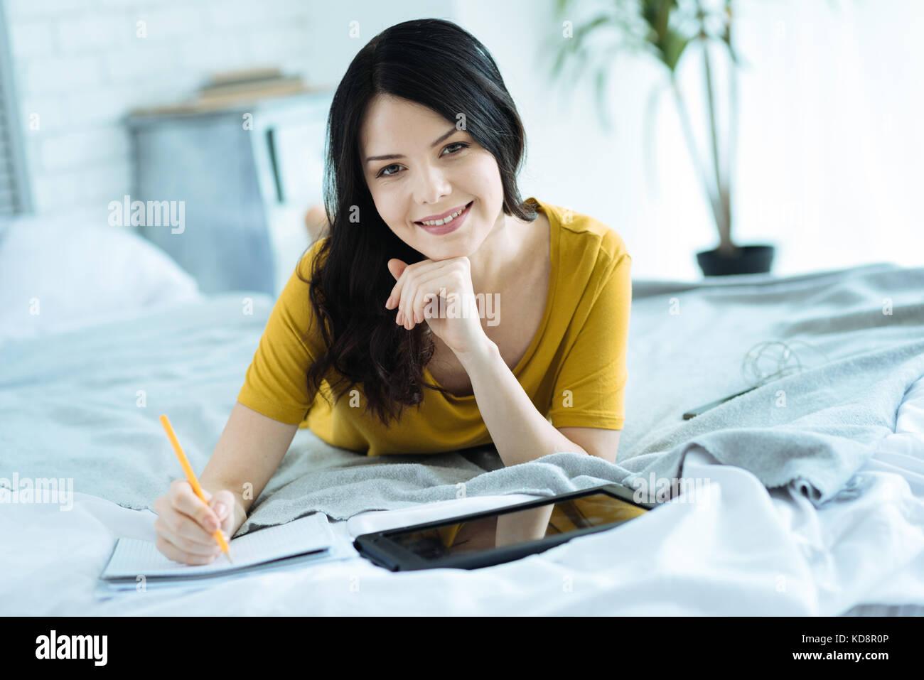 Freelancer femelle apprécie de travailler de chez vous. Photo Stock