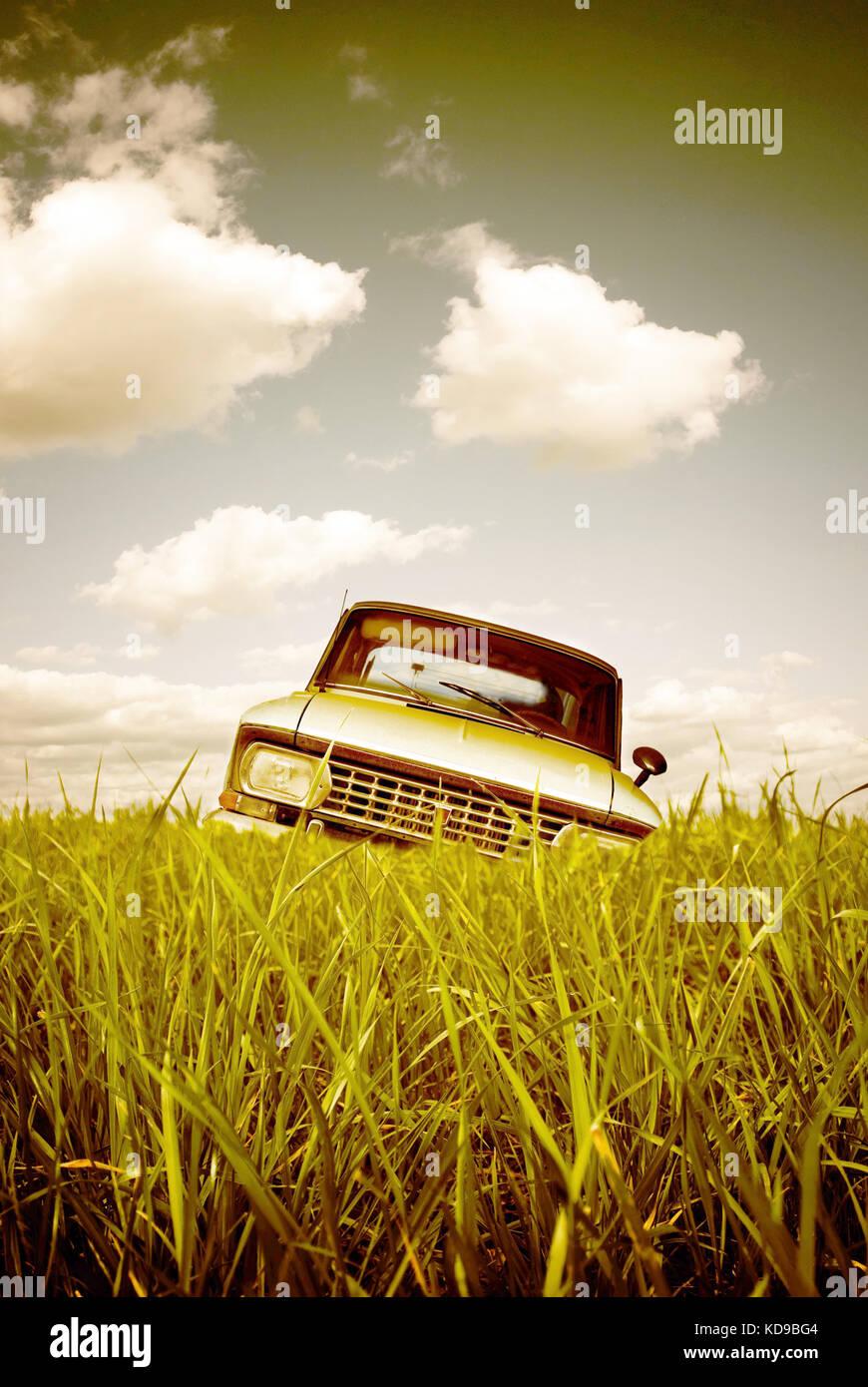Vieille voiture abandonnée dans un pré Photo Stock