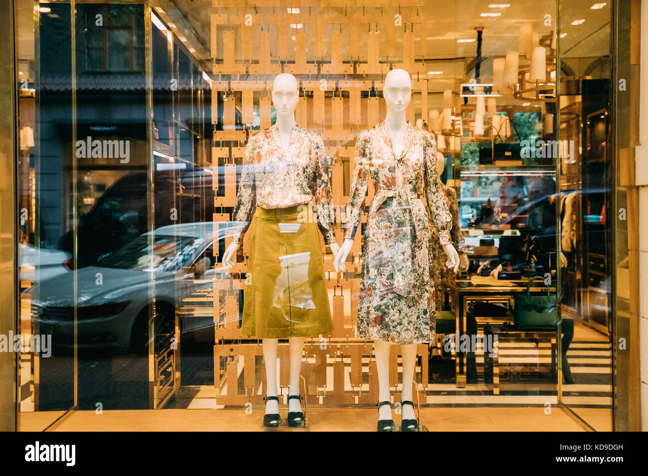c52b7c6ef43 Mannequins femme avec robe de luxe en vitrine vitrine de magasin mall  marché. Photo Stock