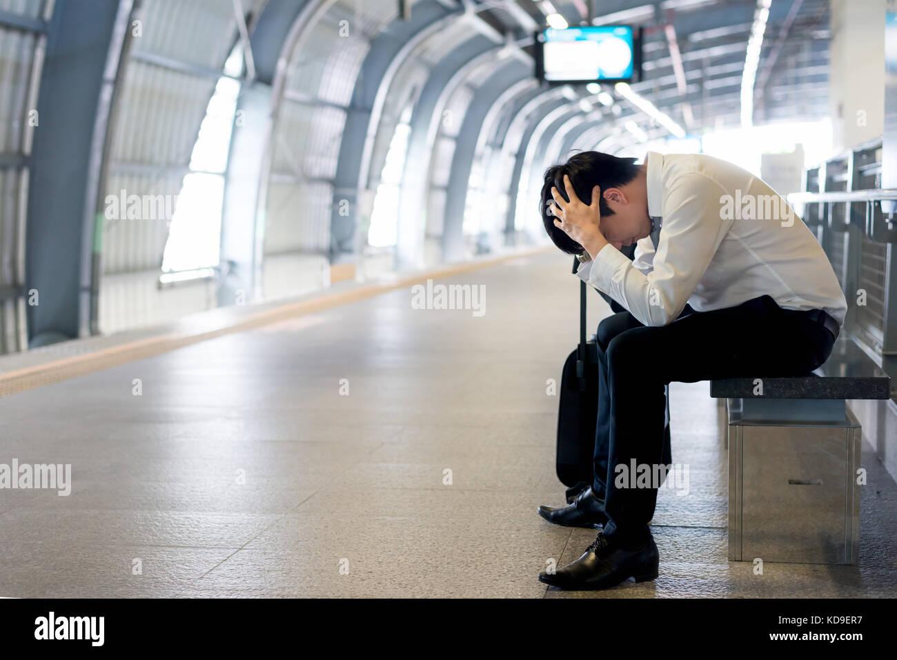 Retard de train ou un problème dans la gare, fatigué d'attente des passagers aisan désespérée Photo Stock