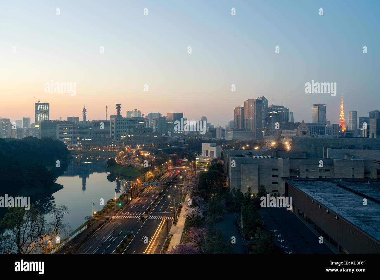 Le centre-ville de ville et gratte-ciel at marunouchi district avec en arrière-plan la tour de Tokyo à Photo Stock