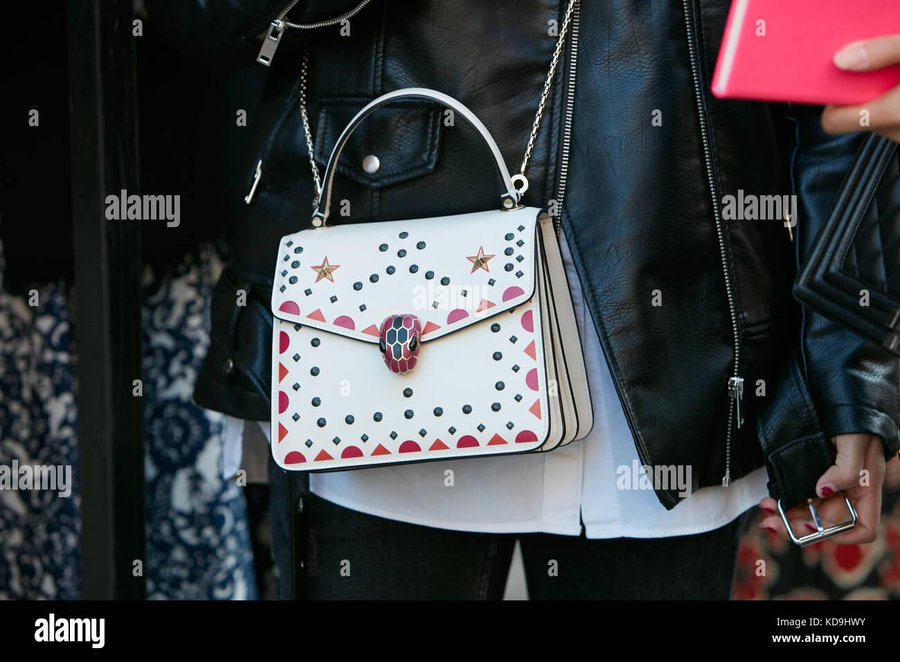 Milan - 21 septembre   femme avec goujons blanc sac bulgari décorations et  veste en cuir 110a31966dc