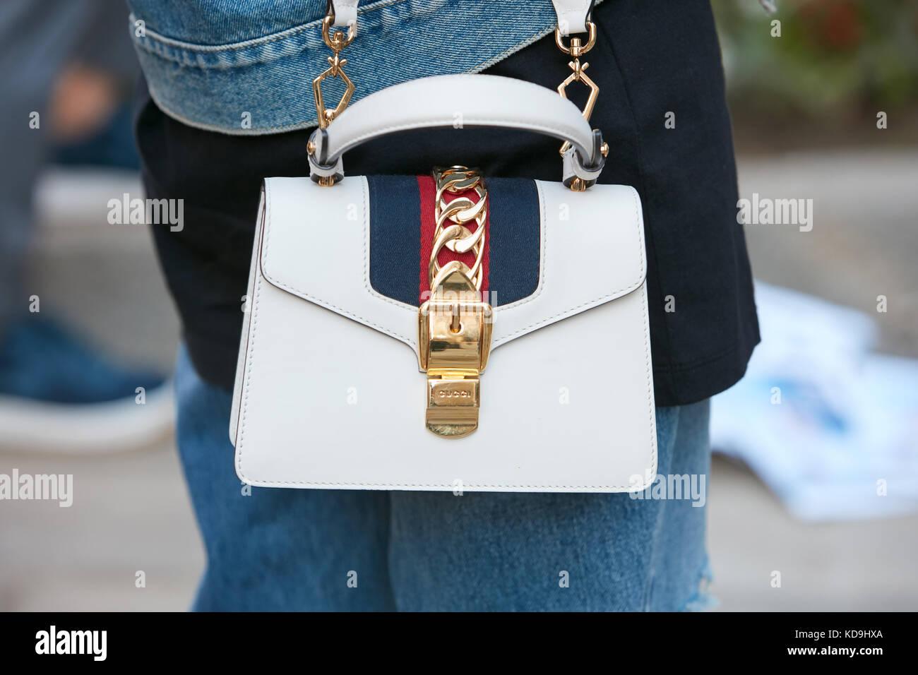 Milan - 21 septembre   Femme avec sac Gucci en cuir blanc avec ceinture d  aa59ab3baf7