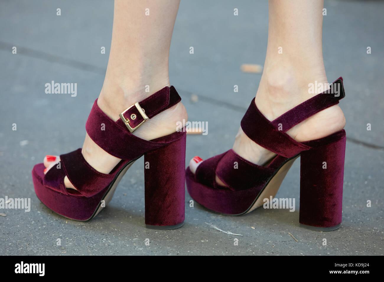 Milan - 21 septembre   femme avec talon haut violet foncé velours chaussures  fendi avant fashion 2c22288bd95