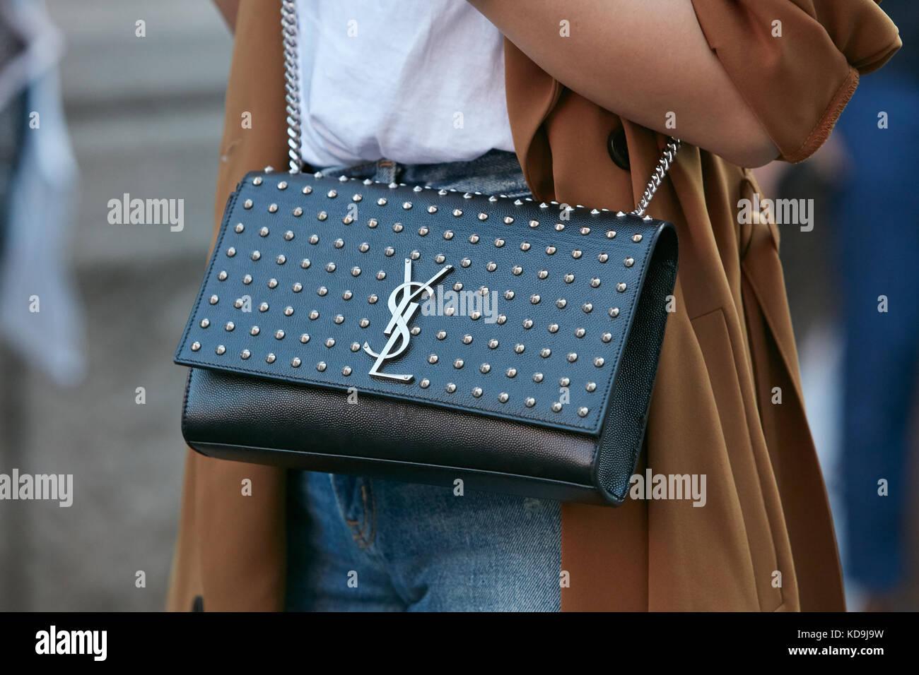 Milan - 21 septembre   femme avec cuir noir avec clous sac Yves Saint  Laurent avant fb141e1b6af