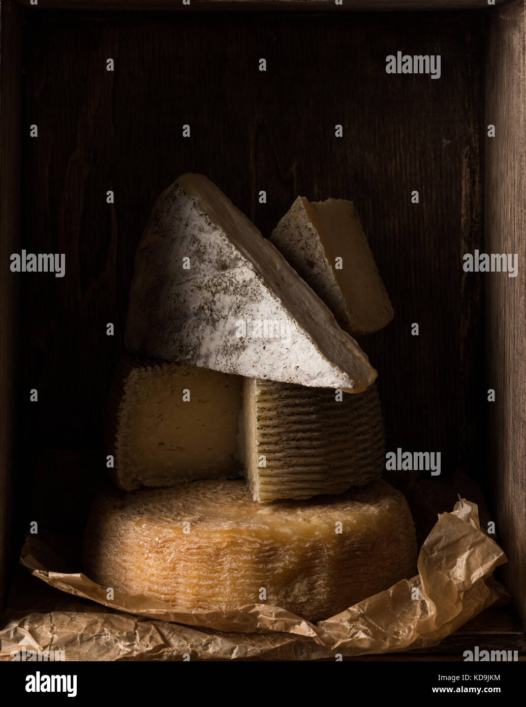Boîte en bois avec différents types de fromage accueil Photo Stock