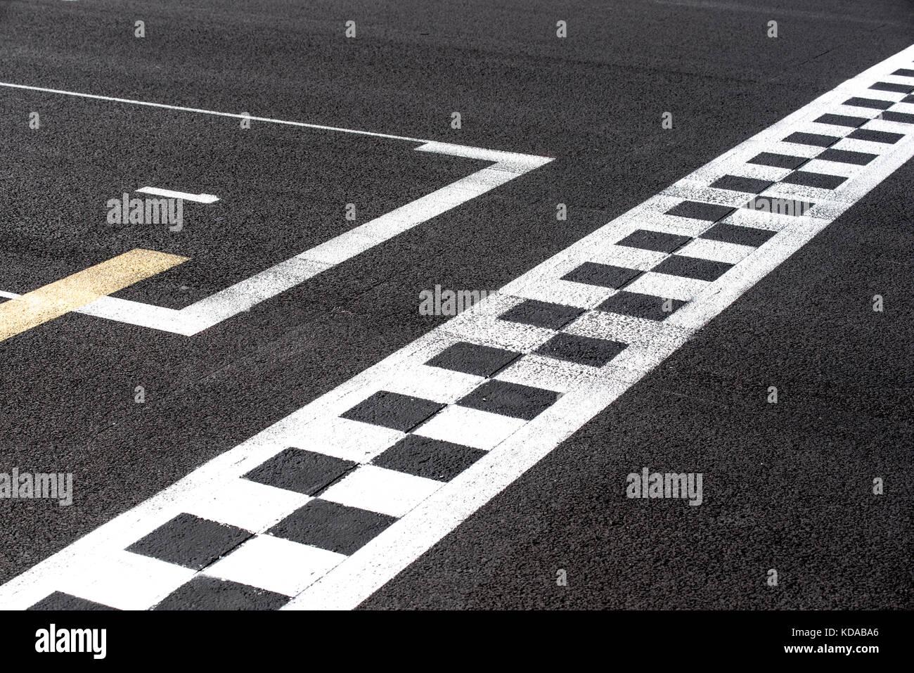 Ligne d'arrivée à damiers et signe la pole position dans le sport automobile racing track concept Photo Stock