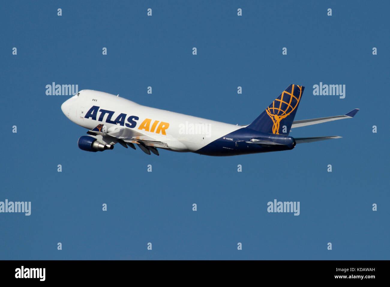 Atlas Air Boeing 747-400 F cargo jet avion en vol contre un
