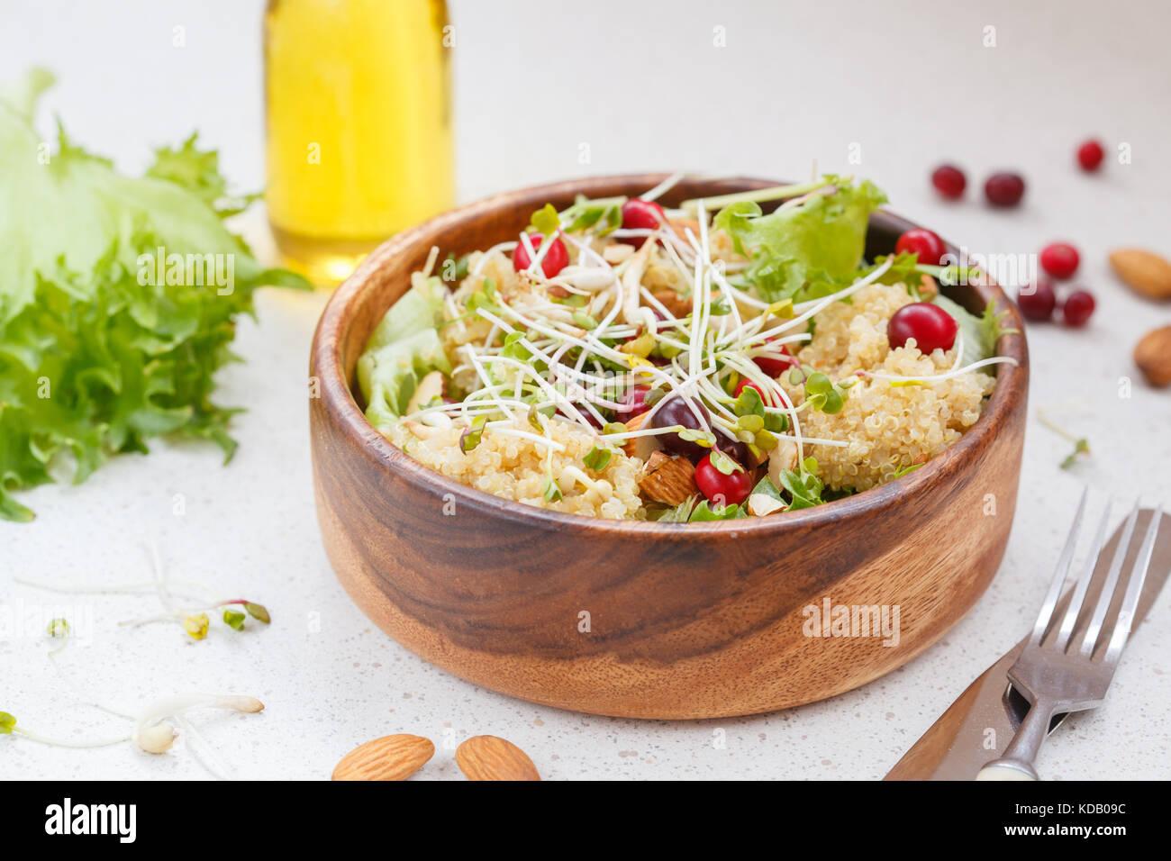 Avec Salade de quinoa, les canneberges et les amandes. Concept alimentaire végétalien Photo Stock
