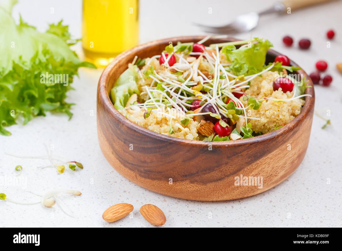 Avec Salade de quinoa, canneberges et amandes. vegan food concept Photo Stock