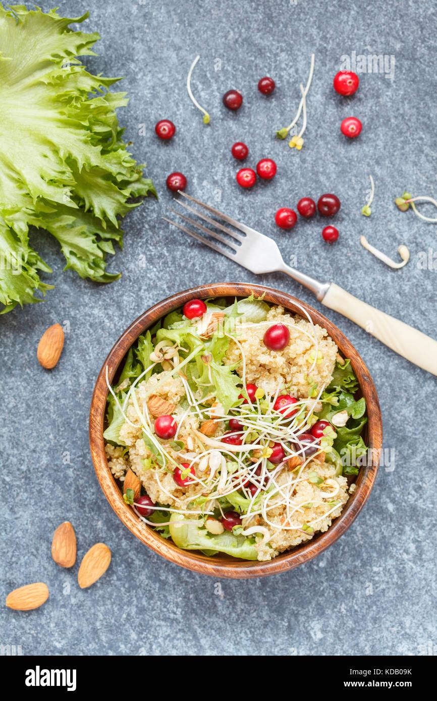 Avec Salade de quinoa, canneberges et amandes. vegan food concept, vue du dessus Photo Stock