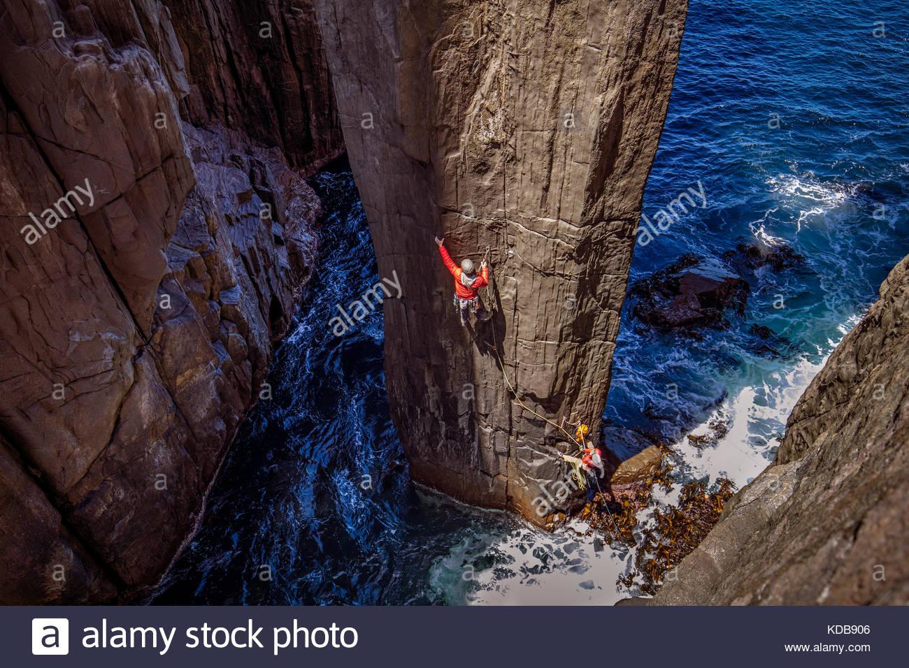 Deux alpinistes au début de la première hauteur du mât totémique. Photo Stock